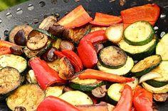 Gegrilltes Gemüse mit Joghurt-Sauce … je 1 rote und gelbe Paprikaschote – 1 großer Zucchino – 1 Bund Frühlingszwiebeln – 1 Fenchelknolle – 100 g Austernpilze – S…
