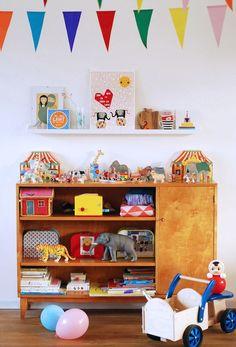 Bunte Spielsachen im vintage Schrank im Kinderzimmer