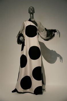 Past/Present/Future Gallery of Modern Art, South Bank, Brisbane, Australia August 7 - November 2010 Vintage Gowns, Vintage Outfits, Vintage Fashion, Valentino Couture, Valentino Garavani, Valentino Sneakers, Valentino Rossi, Look 2018, Black White Fashion