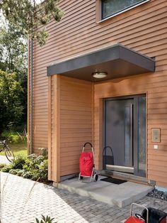 Haustür, Eingangsüberdachung und Windschutz optimal kombiniert Front Door Canopy, Front Door Porch, Porch Roof, Modern Entrance Door, House Entrance, Door Overhang, House Front Design, House Doors, Exterior Remodel