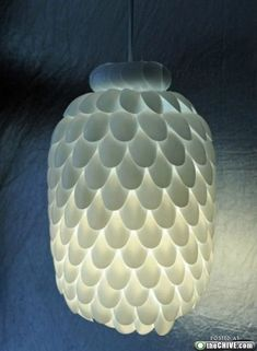 I like this idea to recycle plastic spoons.'rePurpose' plastic spoons = Spoon Lamp by guiademanualidades: DIY made with about 200 upcycled plastic spoons, a water bottle and an electric light kit. How To Make A Chandelier, Diy Chandelier, Bottle Chandelier, Pendant Lamps, Pendant Lights, Bottle Lamps, Pendants, Plastic Bottle Crafts, Plastic Bottles