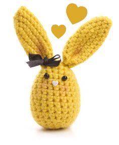 coelho de crochê na cor amarela R$36.00