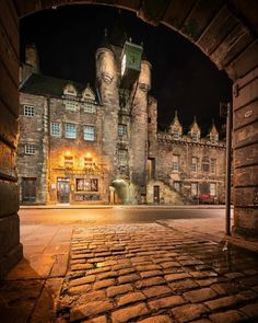 Tolbooth Tavern, Canongate, Royal Mile in Edinburgh's old town. UNESCO World Heritage Site. Kissimmee Florida, Old Town Gdansk, Places To Travel, Places To See, Phuket, Visit Edinburgh, Royal Mile Edinburgh, Edinburgh City, Photo Walk
