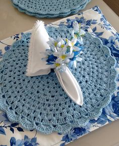 Knitting can be intimidating if you've never done it before, but there are so many simple patterns o Crochet Placemats, Crochet Doilies, Knit Crochet, Crochet Hats, Crochet Decoration, Decoration Table, Crochet Kitchen, Napkin Folding, Crochet Projects