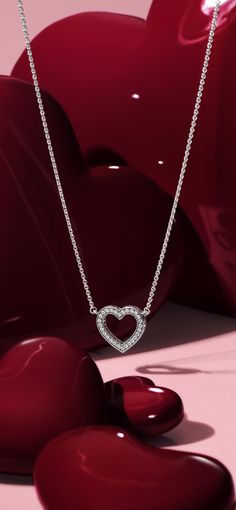 It's time to have a heart-to-heart with this stunning collier in sterling silver. Crafted with sparkling stones, it makes a lovely addition to your Valentine's Day wish list. #PANDORA #PANDORAnecklace