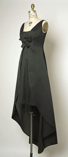 Evening dress House of Balenciaga French founded 1937 Designer Cristobal Balenciaga Spanish 18951972 Date ca 1967 Culture French Moda Vintage, Vintage Mode, Vintage Gowns, Vintage Outfits, 1960s Fashion, Moda Fashion, High Fashion, Vintage Fashion, Balenciaga Dress