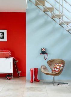 Peinture Little Greene Atomic Red 190 - Décoration – Lilipinso Little Greene Paint Company, Little Greene Farbe, Peinture Little Greene, Contemporary Hallway, Estilo Interior, Red Walls, Red Interiors, Colour Schemes, Color Combinations