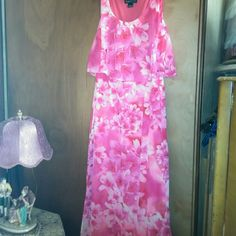 Jessica Howard Floral Maxi dress Size 6 Gorgeous Spring flowers chiffon style maxi dress. Marked Missy size 6. Jessica Howard Dresses Maxi
