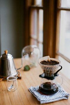 寒い朝。寝ぼけ眼の朝。 そんな朝には、やっぱり一杯の淹れたてのコーヒー。  ドリップ式のコーヒーは、簡単な器具で淹れられるコーヒーの抽出法です。  カフェや喫茶店で出される豊かな香りと味わいに惹かれて、ご自宅でドリップ式で淹れられる方々が増えてきました。けれども、その味に満足していない方も多いかもしれません。  それは、コーヒー豆と湯の基本的な関係を抑えていないことや、抽出方法のちょっとしたコツを踏んでいないせいかもしれません。  以下では、ドリップ式のコーヒーの基本的な淹れ方を紹介しますので、ご自身のドリップ式のコーヒーの淹れ方を今一度見直してみましょう。  抑える要点は、最後の一滴を入れないこと。そして十分に豆を蒸らすことです。