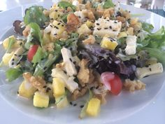 #SaladaDarwin #alface #queijobrie #ananás #tomatecherry #nozes #molhodeiogurtecommel