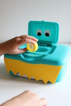 Je pakt een doosje waar babydoekjes inzitten die helemaal leeg is. Die versier je vervolgens helemaal zodat het lijkt op een gezichtje. Vervolgens pak je allemaal dopjes van flesjes cola, water, etc. die versier je dan in allemaal verschillende kleuren of misschien al cijfertjes op zetten? zo kan het kindje die allemaal in het mondje (opening van de doos) steken.