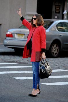 Olivia Palermo Le doy un 10! Me encanta este outfit,  perfecto para una working girl.gafas cateye + abrigo rojo+pintauñas fucsia+ bolso de charol con unos sencillos jeans.