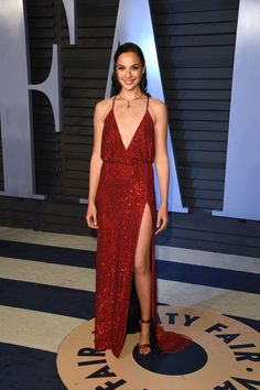 Top 5 looks maravilhosos do red carpet: Gal Gadot - Guita Moda Oscar Dresses, Evening Dresses, Prom Dresses, Gal Gadot Photos, Looks Party, Gal Gadot Wonder Woman, Oscar Fashion, Vanity Fair Oscar Party, Red Carpet Dresses