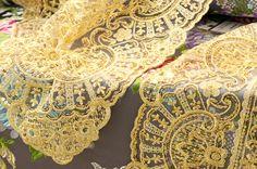 Manteletas y mantillas en todo tipo de encajes y bordados. #Indumentariaregional #LaBarracaFallera #Fallas #Tradición #SigloXVIII-XIX Sheds, Saddle Pads, Exhibitions, Suits, Needlepoint