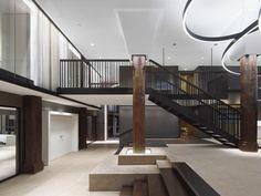 Die neue Treppe, die zum Trausaal und zum alten Treppenhaus führt, ist für ein Rathaus schmal. Dafür wurde der Aufenthaltsbereich im Zwischengeschoss größer.