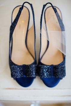Wedding Colors: Navy Blue and Peach - see more at: www.theperfectpalette.com - Color ideas for Weddings + Parties