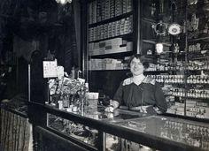 """Interieur van parfumerie """"Maison Rimmel"""" met verkoopster achter de toonbank aan de Kalverstraat te Amsterdam. Nederland, 1913."""