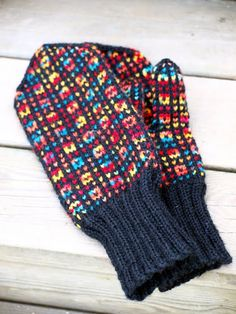 KARDEMUMMAN TALO: Värikkäät körttirasat Knitting Charts, Loom Knitting, Knitting Socks, Knitting Patterns Free, Free Knitting, Fingerless Mittens, Knit Mittens, Mitten Gloves, Crochet Chart
