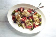 Bacalhau com legumes assados | #ReceitaPanelinha: Saudável e elegante, este bacalhau é ótimo para dias em que se quer impressionar com pouco trabalho. Os legumes assados dão um perfume delicioso e diferente ao prato.