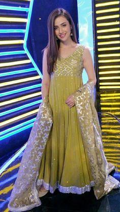 Sana Javed is a Pakistani actress. Javed played the role of Sanam Ali Khan along side Feroze Khan in Khaani. Asian Wedding Dress Pakistani, Pakistani Dress Design, Pakistani Outfits, Indian Outfits, Pakistani Mehndi, Stylish Dresses For Girls, Wedding Dresses For Girls, Girls Dresses, Shadi Dresses