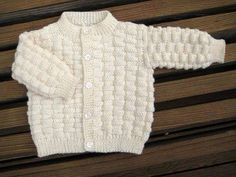 Basket Weave Baby Sweater FREE Knitting Pattern This Basket Weave Baby Cardigan Free Knitting Pattern is a perfect start for anyone interested in knitting a sweater or cardigan. Baby Cardigan Knitting Pattern Free, Baby Boy Knitting Patterns, Baby Sweater Patterns, Knitted Baby Cardigan, Toddler Sweater, Knit Baby Sweaters, Baby Pullover, Knitted Baby Clothes, Cardigan Pattern