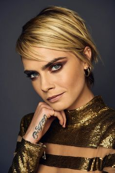 E! Beautiful Celebrities, Most Beautiful Women, Cara Delevingne Photoshoot, Cara Delvingne, Blond, Rocker Chic, Pixie Hairstyles, Girl Model, Beauty Photography