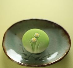 いいね!2,488件、コメント47件 ― Toru Tsuchieさん(@choppe_tt)のInstagramアカウント: 「今日の和菓子はねりきり で作った #水仙 です。 ねりきりとは白餡に餅や芋を混ぜて作った和菓子で 茶道 で使われる「主菓子」の一種です。 #撮影 用に作成しました。…」