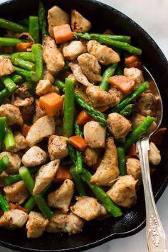 Ez spárga édesburgonya csirke Skillet recept egy finom, egészséges és könnyen elkészíthető étel, hogy lesz a vacsora asztalra kevesebb, mint 30 perc alatt.  Ez egy gluténmentes, paleo és tökéletes elfoglalt hétköznap vacsora.