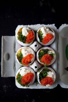Lyxig äggröra som serveras i äggskal med citronkräm, dill och rom - made   by   mary