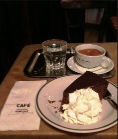 Café #Hawelka--kaffe and the famous #sachertorte