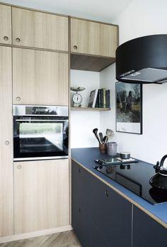 Retrostilen fullføres med runde hull på skapdørene, noe som gir godt grep. New Kitchen, Kitchen Dining, Kitchen Cabinets, Home Kitchens, Interior, House, Home Decor, Dreams, Flat