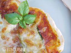 """Nichts geht über selbstgemachte Pizza, sowohl der Teig als auch die Tomatensoße, (auch wenn auch ich manchmal zum Fertigprodukt greife ;-)). Und es geht auch eigentlich recht schnell. Ich verwende dabei meist die Rezepte aus Jamies Buch """"Genial Ita ..."""