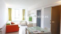 Piso de tres dormitorios ubicado al inicio de la calle Travesía de Vigo, orientado hacia la calle Pino.