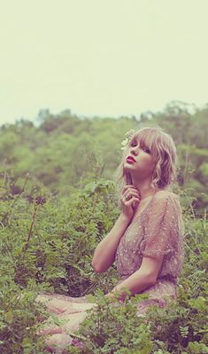 Taylor Swift ♡♛☆♔✾♕ Is it just me, or does it look like she's scratching her neck because she has poison ivy or something? Estilo Taylor Swift, Long Live Taylor Swift, Taylor Swift Fan, Taylor Swift Pictures, Taylor Alison Swift, Taylor Swift Photoshoot, Blake Steven, Rapper, Taylor Swift Wallpaper