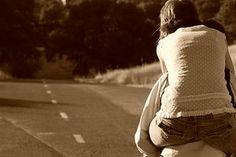 Queremos que nos caia do céu um romance arrebatador, pronto e completo, sem contradições ou dúvidas. Sem defeitos constrangedores também. Exigimos ser amados pelo que somos, mas estabelecemos condições elevadas para amar. Tendemos, de forma tola, a nos apaixonar pela beleza, pelo charme, pelo riso. Apostamos no clichê e na superfície, mas aspiramos ser tratados de outro jeito: queremos ser apreciados pela profundidade dos nossos sentimentos e por nosso caráter...