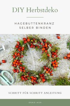 Schritt für Schritt einen Herbstkranz aus Hagebutten binden Autumn Wreaths, Christmas Wreaths, Fall Diy, Diy Hacks, Blog Tips, Decoration, Floral Wreath, Diy Projects, Crafty