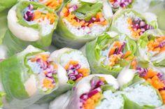 Vietnamesiska vårrullar fyllda med räkor, mynta, koriander, nudlar, rödkål och morötter. Till det, tre dippsåser, jordnötssås, honung-sesam och ingefära. Sushi Rolls, Fresh Rolls, Healthy Recipes, Healthy Food, Party, Ethnic Recipes, Cilantro, Healthy Foods, Healthy Eating Facts