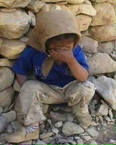 Lost her family. The innocent pay the price in Syria. Children pay with their lives. O Allah Poor Children, Save The Children, Precious Children, Beautiful Children, Kids Around The World, We Are The World, People Of The World, Syria Before And After, Mundo Cruel