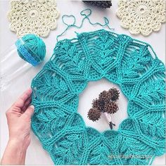No photo description. Crochet Flower Patterns, Crochet Blanket Patterns, Crochet Designs, Crochet Flowers, Crochet Stitches, Knitting Patterns, Crochet Collar, Crochet Poncho, Love Crochet