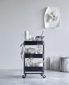 RÅSKOG roltafel | IKEA IKEAnl IKEAnederland inspiratie wooninspiratie interieur wooninterieur designdroom rollen wieltjes keuken tafel tafeltje opberger keukengerei bureauaccessoires staal zwart verplaatsbaar handig