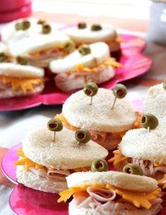Como fazer um sanduíche de caranguejo - Passo a Passo 1-Corte o pão de forma com o cortador redondo. 2-Corte o queijo com o cortador de forma irregular e coloque no pão. 3-Enrole o presunto para fazer a língua e coloque no centro do pão. 4-Espete duas azeitonas no pão para fazer os olhos. 5-Use as sobras do pão para fazer croutons (torradinhas), farinha de rosca ou outra receita. Pronto!