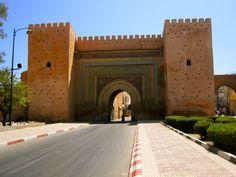 Meknes é mais uma das consideradas cidades imperiais do Marrocos. Foi capital durante o reinado do proeminente sultão alauita Boulay Ismail o mais terrível dos sultões marroquinos. Uma curiosidade é que ele teve mais de 888 filhos com 500 mulheres entrando para o livro de Recordes Guiness como o homem que teve comprovadamente mais filhos no mundo! #Marrocos #PeloMundoComVc  #PeloMundo #TopDestinos #DestinosdeViagem #BlogdeViagem #ViagensPeloMundo #ViagensIncriveis #Wanderluster #Viagem…