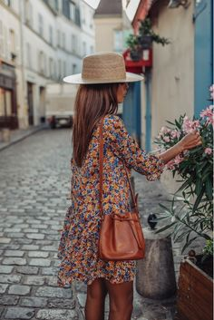 Hat and flouncy dress Mode Outfits, Casual Outfits, Fashion Outfits, Womens Fashion, Dress Fashion, Fashion Tips, Spring Summer Fashion, Spring Outfits, Winter Outfits
