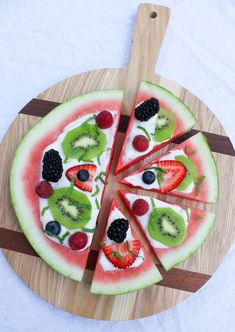 Summer Sweet Watermelon Pizza: Healthy and Easy Fruit Pizza Recipes. Variety of colorful summer creations including sliced fruit, cookie dough and cream cheese! Watermelon Pizza, Sweet Watermelon, Watermelon Recipes, Fruit Recipes, Watermelon Dessert, Fruit Pizza Frosting, Fruit Pizza Bar, Easy Fruit Pizza, Healthy Pizza Recipes