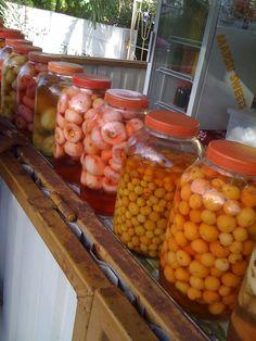 Fruit, Suriname Je ziet ze langs de weg staan, deze poten vol met zuur.