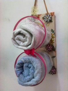 Porta toalhas de rosto feito em pet com madeira forrada pra pendurar