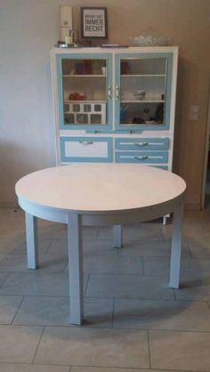 Runder Esstisch, ausziehbar in weissMaße:Durchmesser 1,15mAusgezogen 1,15m x 1,65mGebrauchter Zustand, siehe Bilder