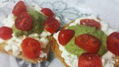 Torradas com queijo cottage sem lactose, molho pesto ligth e tomate sweet grape.