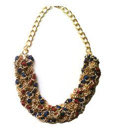 Maxi collar trenzado con cadenas doradas y mezcla de texturas en azul y rojo. Un diseño original de tendencia maxi y xl.  Descubre más opciones de temporada en http://AllTrendy.es.