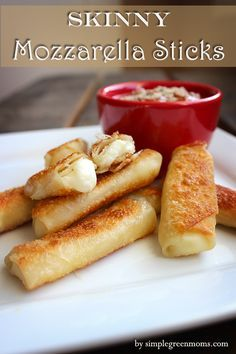 Skinny Mozzarella Sticks - these are the perfect guilt free splurge!!! Food Recipes Snacks, Simple Healthy Recipes, Healthy Party Snacks, Skinny Mom Recipes, Healthy Homemade Snacks, Wonton Recipes, Low Calorie Snacks, Delicious Snacks, Pureed Food Recipes